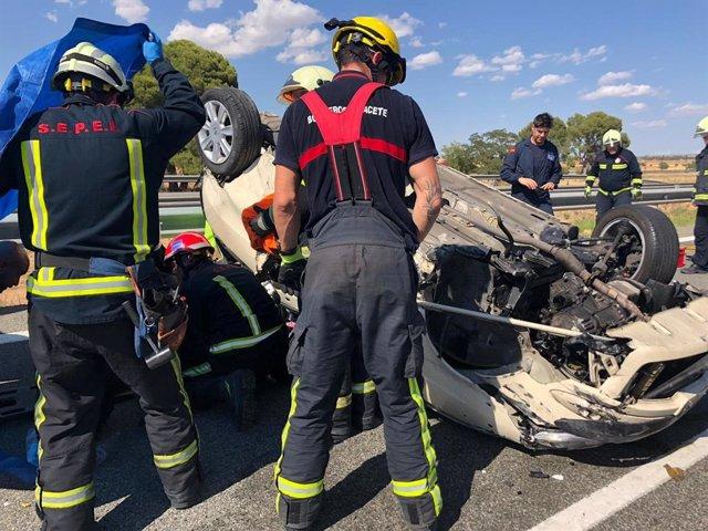 Bomberos del SEPEI de Albacete trabajan en un accidente de tráfico. Imagen de archivo.