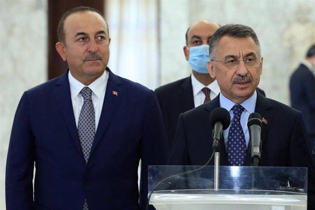 El vicepresidente turco, Fuat Oktay, junto al ministro de Exteriores, Mevlut Cavusoglu.