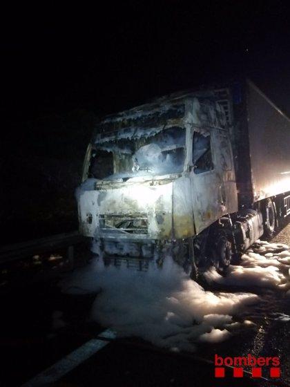 Un camión se incendia en la AP-7 a la altura de l'Ametlla de Mar (Tarragona)