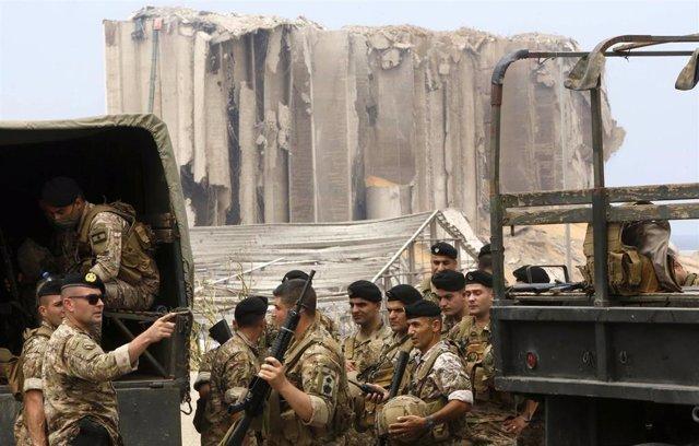 Militares del Ejército libanés trabajan en la zona de la explosión.