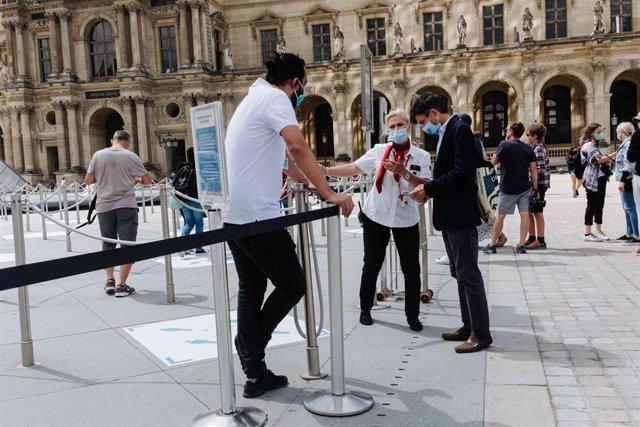 Un grupo de personas visita el Louvre durante la pandemia de coronavirus en Francia