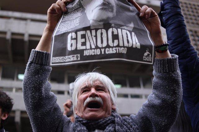 Manifestación frente a la sede del Tribunal Supremo de Colombia contra el expresidente Álvaro Uribe (2002-2010), investigado por sus supuestos lazos con grupos paramilitares.
