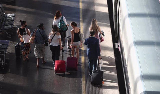 Viajeros caminan por uno de los andenes de la estación de tren Madrid Puerta de Atocha, el día en el que comienza la operación salida de verano, en Madrid (España), a 3 de julio de 2020.