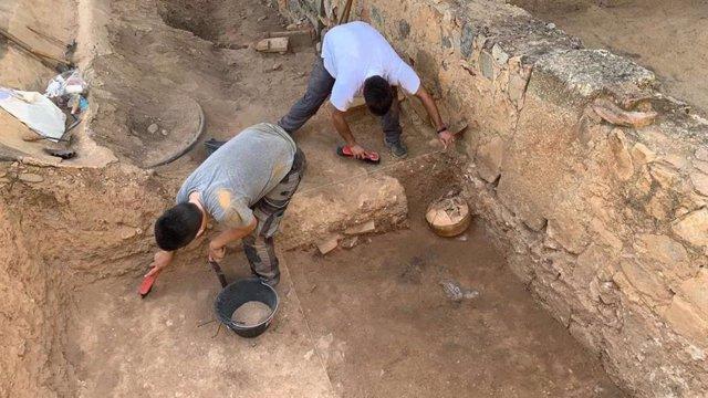 Dos arqueólogos durante una excavación en la casa romana del Mitreo en Mérida.