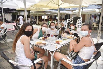 """Almuerzos en los veladores y atuendos blanco y verde en Huesca, en el inicio de las """"no fiestas"""" de San Lorenzo"""
