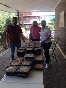 Reparto de comida a cargo de voluntarios de Vox en el distrito de Latina