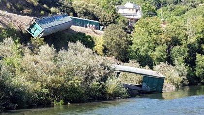 Adif trabaja en la retirada del vagón que llegó a las aguas del Sil en Carballeda de Valdeorras (Ourense)