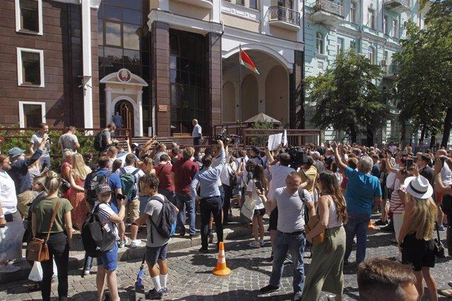 Ciudadanos bielorrusos a las puertas de la Embajada del país en Kiev, Ucrania, esperando para poder acceder y ejercer su derecho al voto en las elecciones presidenciales del 9 de agosto de 2020.