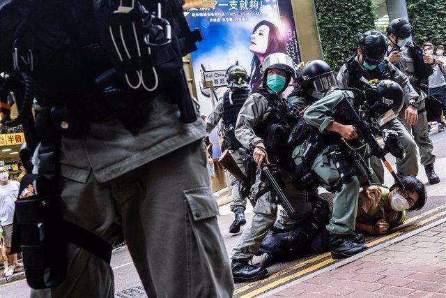 La Policía de Hong Kong detiene a un manifestante durante una de las últimas manifestaciones de los movimientos civiles que exigen mayor democracia y autonomía para el terrirtorio.