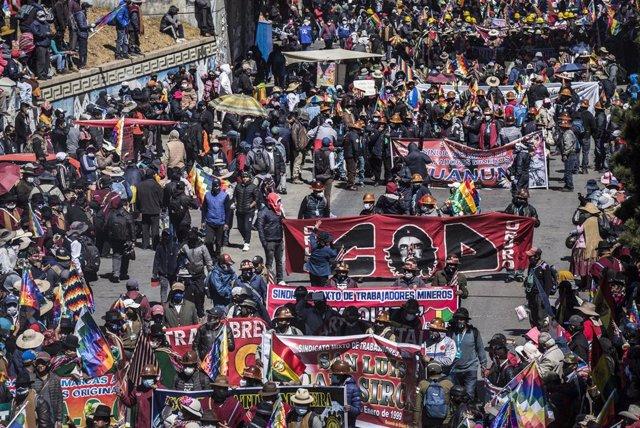 Manifestación celebrada en la ciudad boliviana de El Alto para protestar contra la decisión de las autoridades electorales de postergar una vez más la celebración de las elecciones generales.