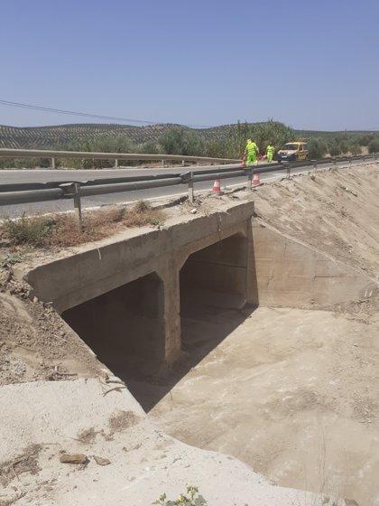 La Consejería de Fomento acondiciona los sistemas de drenaje de la A-6175, en Lopera, afectados por lluvias