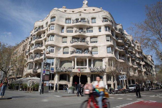 El edificio de la Pedrera, obra de Gaudí, uno de los más visitados en Barcelona, ciudad en la que, a pesar de haberse reducido, el turismo no ha caído tanto como en Madrid, donde los efectos del coronavirus han sido más letales, en Barcelona (Catalunya, E