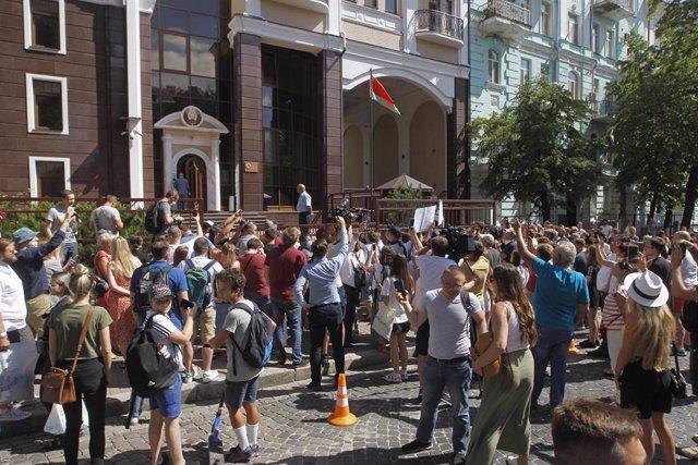 VÍDEO: Bielorrusia.- La Policía bielorrusa reprime las protestas contra el abult