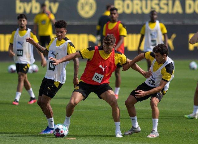 Jadon Sancho (izda) durante un entrenamiento con el Borussia Dortmund