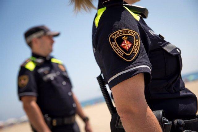 Dos agents de la Guàrdia Urbana de Barcelona a la platja (ARXIU)
