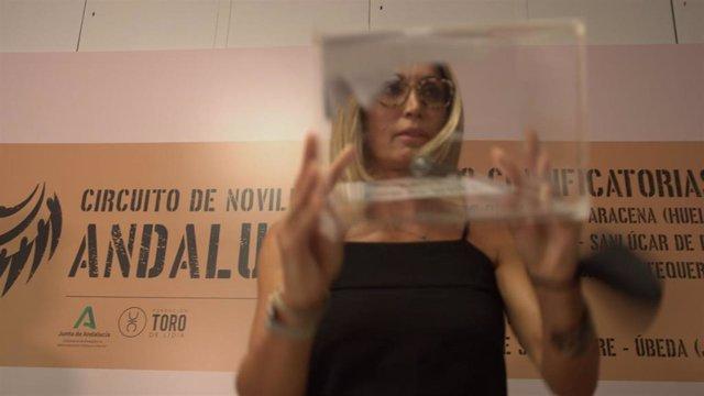 Cristina Sánchez, patrona de la Fundación y encargada de realizar el sorteo de los novilleros participantes