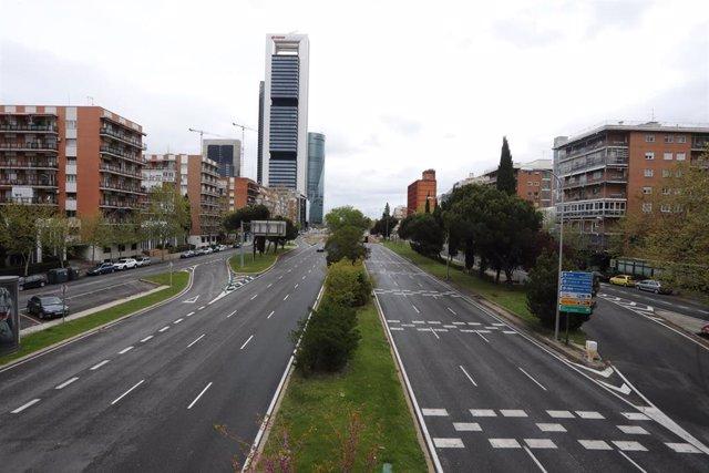 Paseo de la Castellana absolutamente vacío en las inmediaciones de Plaza de Castilla y las Torres Kio.