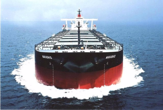 Mauricio.-Mauricio extrae el petróleo restante del carguero encallado en sus agu
