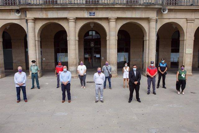 Posado de las autoridades en el exterior del Ayuntamiento de Tafalla