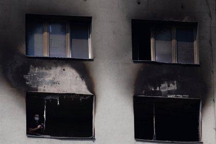 La Fiscalía checa abre una investigación penal por la muerte de once personas al incendiarse un bloque de apartamentos
