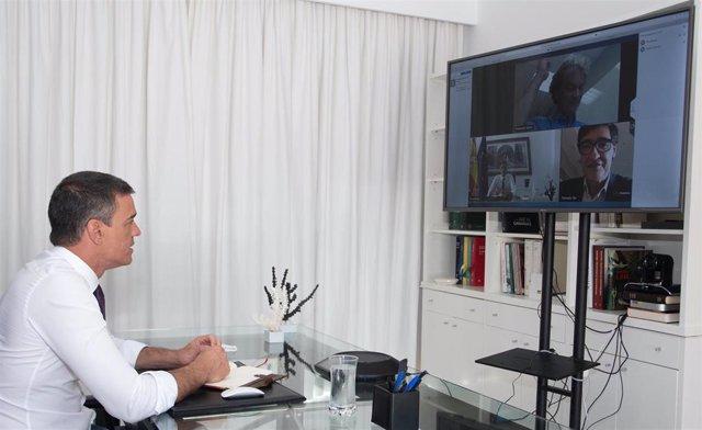 El presidente del Gobierno, Pedro Sánchez, el ministro de Sanidad, Salvador Illa, y el director del Centro de Coordinación de Alertas y Emergencias Sanitarias, Fernando Simón, en la reunión de seguimiento sobre la situación del COVID-19.