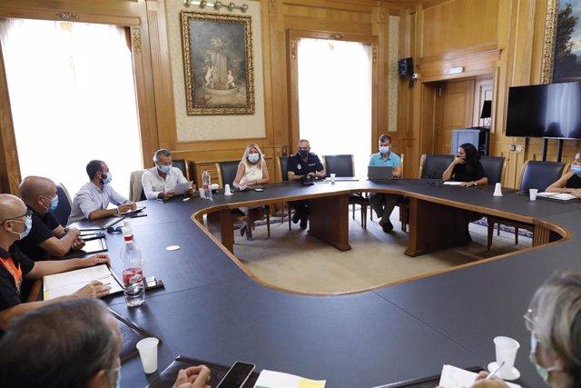 Reunión de la alcaldesa de MArbella, Ángeles Muñoz, con efectivos policiales y sanitarios