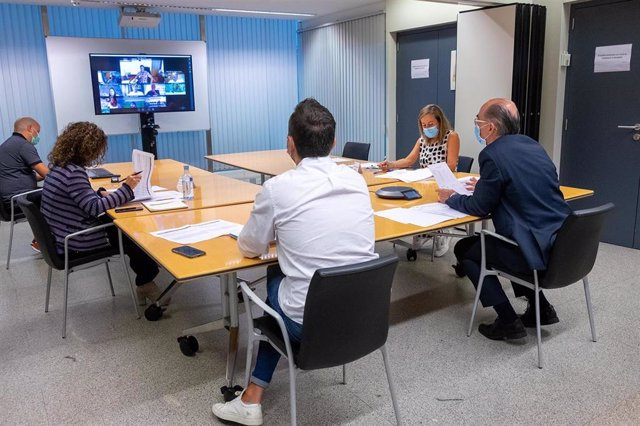 Reunión del conselleiro de Sanidade y otros cargos con alcaldes de la comarca de A Coruña sobre la evolución de la COVID-19.