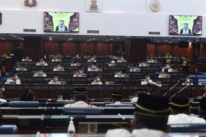 Malasia.- El ministro de Exteriores de Malasia abona una multa de 50 euros por vapear en el Parlamento
