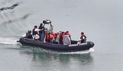 """Johnson, sobre el aumento de cruces de migrantes a través del canal de la Mancha: """"Es estúpido y peligroso"""""""