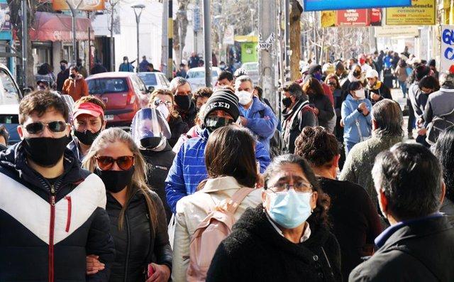 Personas haciendo cola en Chile durante la pandemia.