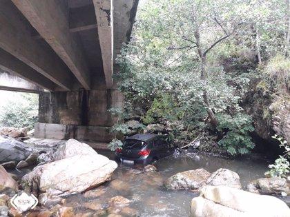 Dos octogenarios heridos en Proaza tras caer en un coche al río desde una altura de unos ocho metros