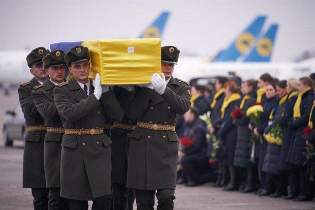 Féretro de una de las víctimas ucranianas del avión derribado por Irán en Teherán