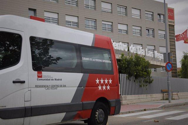 Vehículo de la Residencia Las Vegas en Ciempozuelos junto a la entrada a las instalaciones del centro que hasta ahora estaba libre de Covid-19 y que se ha convertido en un nuevo foco.
