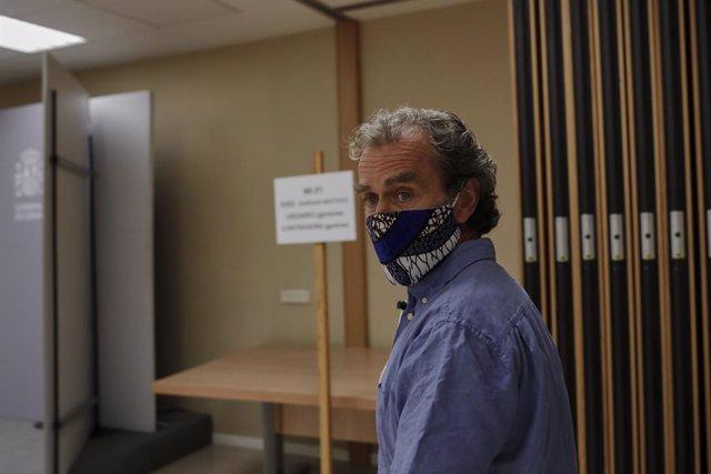 El director del Centre de Coordinació d'Alertes i Emergències Sanitàries, Fernando Simón, a la seva arribada per oferir una roda de premsa per informar de l'evolució de la COVID-19, a la Seu del Ministeri de Sanitat a 10 d'agost de 2020.