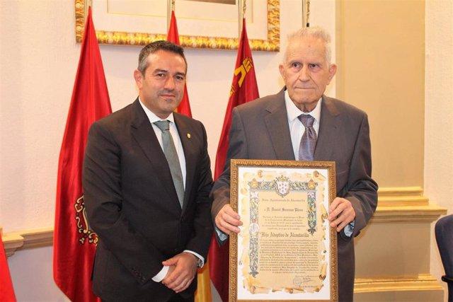 Daniel Serrano porta el título de Hijo Adoptivo de la Ciudad de Alcantarilla acompañado del alcalde, Joaquín Buendía