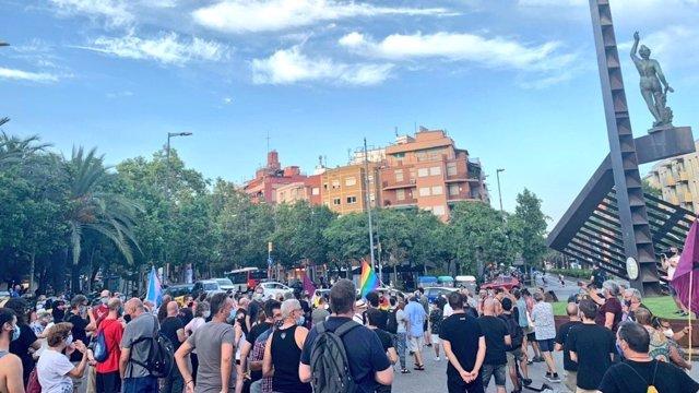 Unes 200 persones es concentren per rebutjar l'agressió LGTBIfóbica a una parella en Nou Barris, a Barcelona, en una acció organitzada per Nou Barris LGBTI.