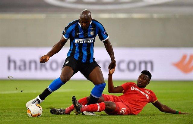 El jugador del Inter de Milán Romelu Lukaku pelea por un balón con el futbolista del Bayer Leverkusen Edmond Tapsoba