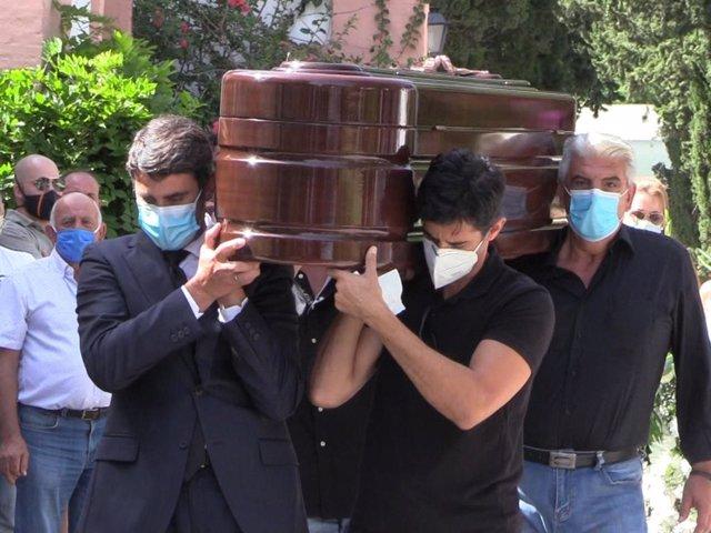 Jesús, Víctor y Humberto Janeiro, acompañados por otro familiar, portan a hombros el féretro con los restos mortales del patriarca de Ambiciones