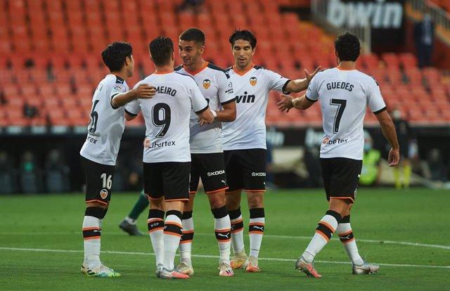 Los jugadores del Valencia celebrando un gol en LaLiga Santander 2019-2020