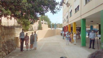 Rey Felipe.- La Familia Real llega al centro socioeducativo Naüm en el barrio de Son Roca, en Palma