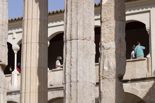 Turistas en el Templo de diana de Mérida