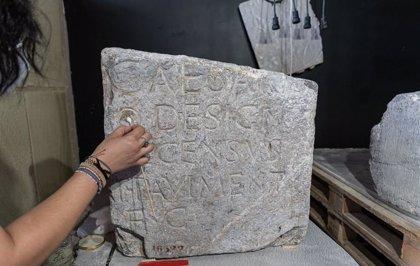 Regresan a Cartagena dos pedestales epigráficos del Foro de la Colonia Romana