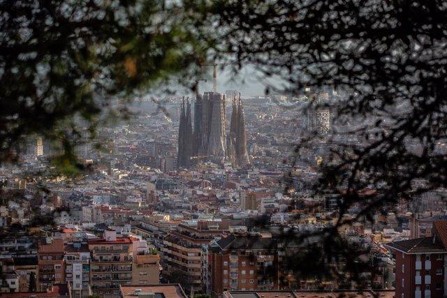 Panoràmica de la ciutat de Barcelona i de la Sagrada Família, a Barcelona/Catalunya (Espanya) a 30 de gener de 2020.