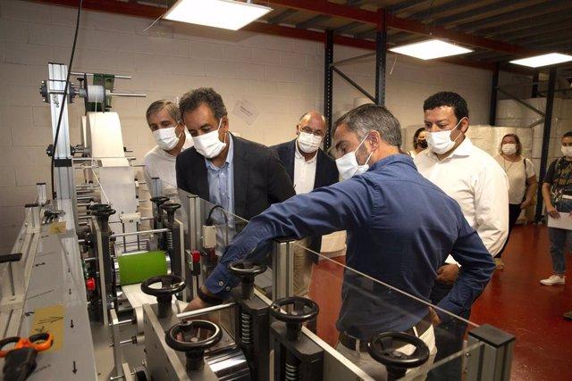 El consejero de Industria en la empresa cántabra de fabricación de mascarillas Efasys Medical