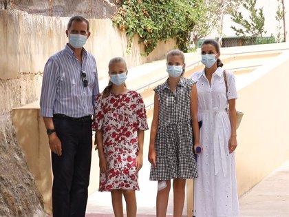 Los Reyes, Leonor y Sofía, aclamados en su visita a uno de los barrios más desfavorecidos de Palma de Mallorca
