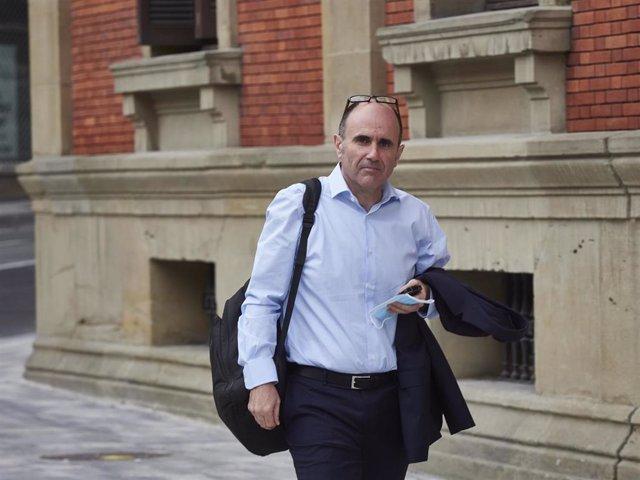 El consejero de Desarrollo Economico y Empresarial del gobierno de Navarra, Manu Ayerdi, acude al parlamento regional para asistir al pleno sobre las consecuencias del COVID-19, en Pamplona / Navarra (España), a 14 de mayo de 2020.