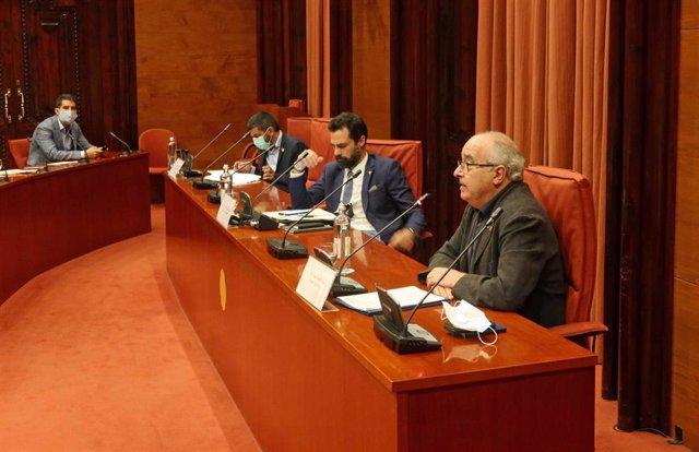 El conseller de Trabajo, Asuntos Sociales y Familias, Chakir El Homrani (i), el presidente del Parlament, Roger Torrent (c), y el conseller de Educación, Josep Bargalló (d), durante la comparecencia ante la Diputación Permanente, este martes 11 de agosto.