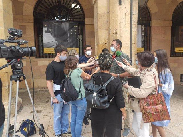 José Luis Costillas, atendiendo a periodistas