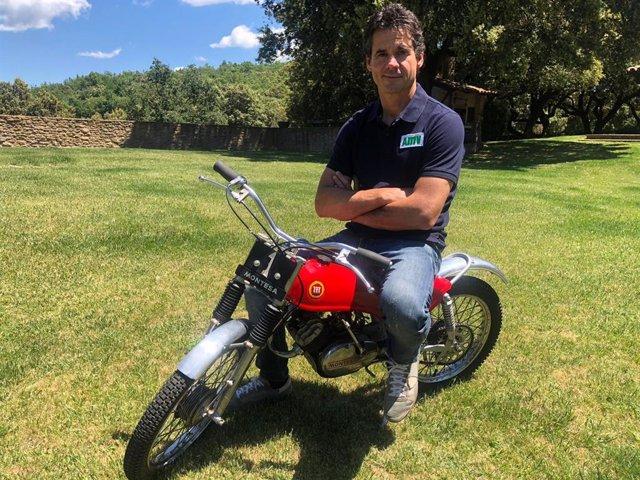 Alex Crivillé subido en su primera moto