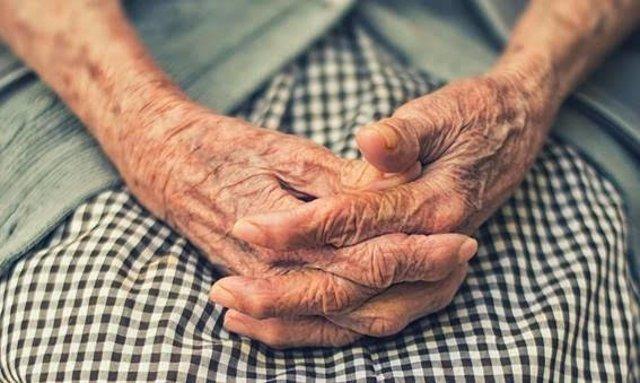 Imagen de recurso de las manos de una persona mayor.